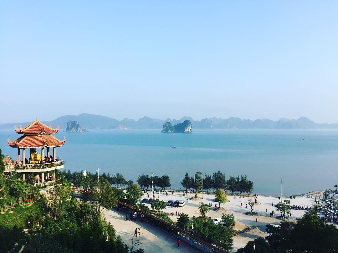 chùa cái bầu nhìn ra vịnh bái tử long